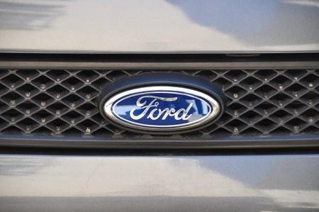 ford: Close-up van Ford logo. Chroom metalen Redactioneel