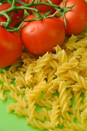 Variedades nutritivas y deliciosas de pasta y tomates rojos Foto de archivo - 18333383