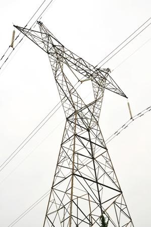 electricidad industrial: Cables de energía eléctrica de voltaje datail sobre un cielo limpio