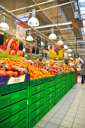 store keeper: Istanbul Maltepe Carrefour has opened a new branch  Fruit section
