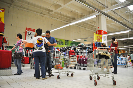 shoppingcarts: Istanbul Maltepe Carrefour has opened a new branch, people who shop