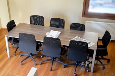 Des salles de conférence et table de réunion