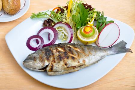 Sehr lecker und eine schöne gegrillten Fisch und Salate