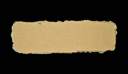 Braune und beige Wellpappe, auf schwarzem Hintergrund isoliert