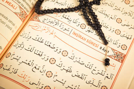 Pages and verses from the holy book of islam religion quran and black rosary, kuran and chapters, surah insirah from the Quran Banque d'images