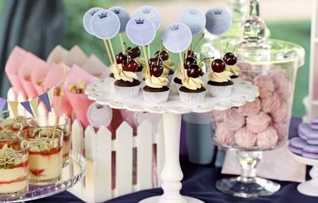 decoracion de pasteles: Delicioso dulce bufé con pastelitos, gafas tiramisú y otros postres