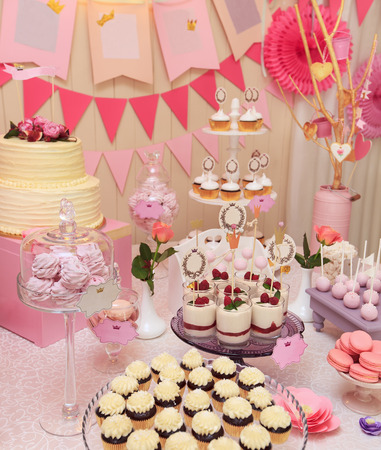 Heerlijke zoete buffet met cupcakes, Sweet vakantie buffet met cupcakes en meringues en andere desserts Stockfoto