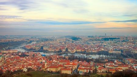 Vogelvlucht van de rivier van Praag met bruggen Stockfoto