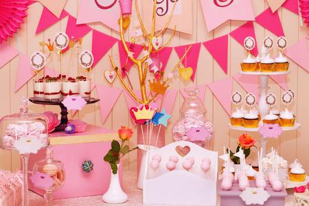 postres: Delicioso dulce bufé con pastelitos, dulces vacaciones bufé con pastelitos y merengues y otros postres