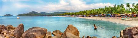 Belle province plage de Goa en Inde avec des bateaux de pêche et des pierres dans la mer