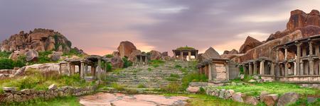 Ruines antiques de ville indienne au coucher du soleil vif incroyable. Panoramique mise en page de couverture horizontale Banque d'images - 40396149