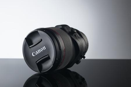 gamme de produit: Kiev, Ukraine - June 2015: Canon tilt-shift lens close up on black background