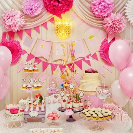 Leckere süße Ferienstücksbuffet mit Kuchen, Meringues und andere Desserts Standard-Bild - 43265338