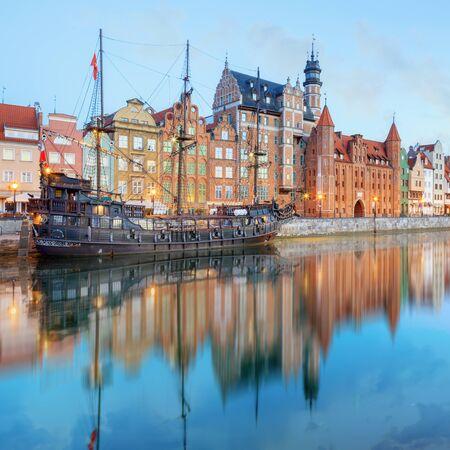 stare miasto: Gdansk Long Bridge embankment with medieval wooden ship and Zuraw Crane, Baltic coast, Poland Stock Photo