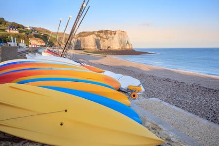ocean kayak: localidad costera de Etretat con kayaks en la orilla, Normand�a, Francia