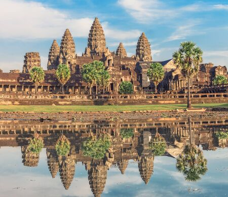 templo: Templo de Angkor Wat en la salida del sol dram�tica refleja en el agua