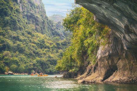 ocean kayak: kayaks amarillos en el agua de mar de color turquesa en la cueva de la bah�a de Halong
