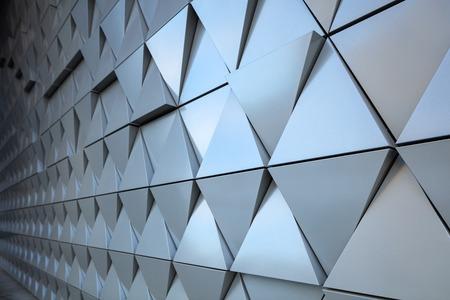 Vista astratta del primo piano delle moderne triangoli ventilata in alluminio sulla facciata
