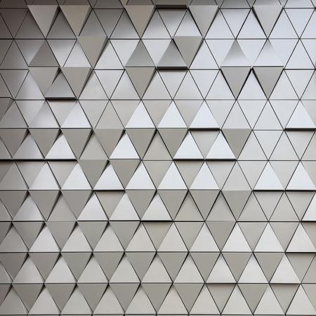 struktur: Abstrakt närbild av moderna aluminium ventilerade trianglar på fasaden Stockfoto