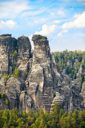 czech switzerland: rocce del parco nazionale giganti con piccolo uomo