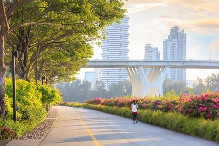 Jogger op Marina Bay East park bij zonsondergang Stockfoto