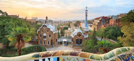 バルセロナのグエル公園。入り口手前の緑と住宅を表示します。 写真素材