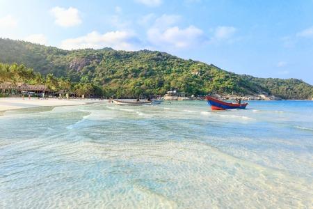 クリスタルの澄んだ水の白い砂と伝統的なロングテール ボートにパンガン ビーチ