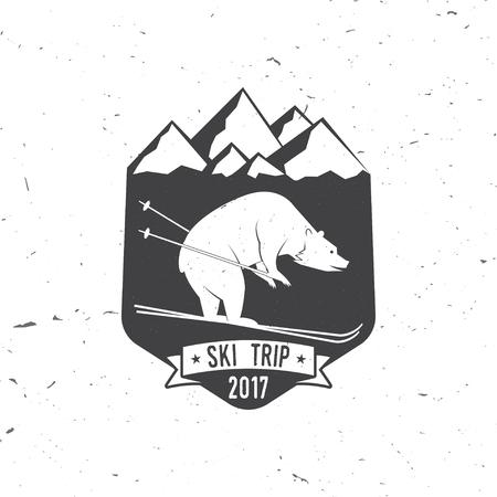 Ski club concept met beer. Vector ski club retro badge. Concept voor overhemd, druk, zegel of stempel. Ski club - wilde beer. Typografie design- voorraad vector. Familie vakantie, activiteit of reis. Voor het ontwerp, patches of badges.