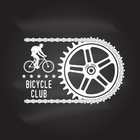 Vintage typografieontwerp met fietsen Uitrusting en keten silhouet. Extreme sport