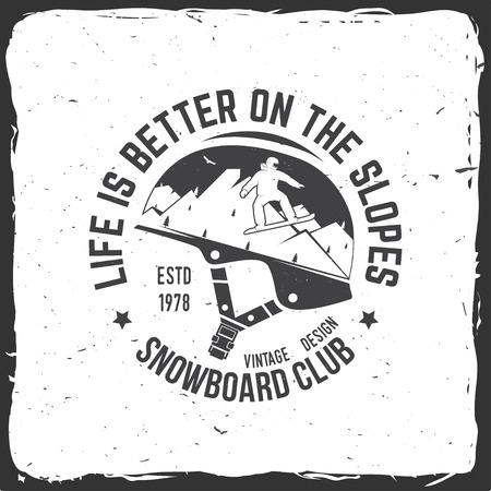 Het leven is beter op de hellingen. Snowboard Club. Vector illustratie. Concept voor shirt, print, stempel of tee. Vintage typografieontwerp met snowboard en bergsilhouet. Extreme wintersport.