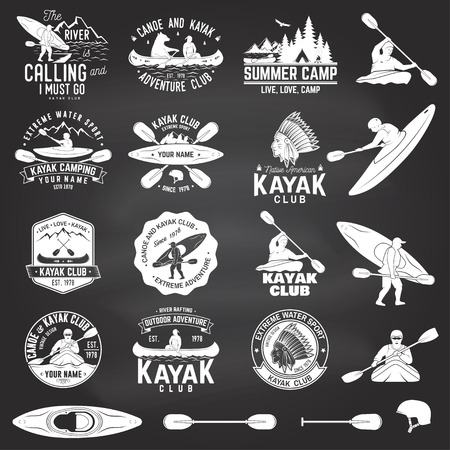 카누와 카약 클럽 배지 및 칠판에 디자인 요소 집합. 벡터. 셔츠, 인쇄, 스탬프 또는 티에 대 한 개념. 산, 강, 아메리칸 인디언 및 kayaker 실루엣 빈티지  일러스트