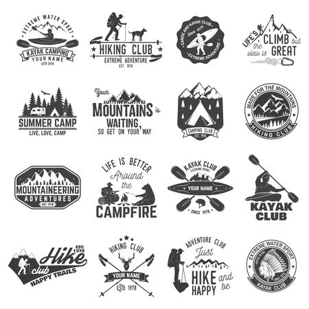Set van kano, kajak, wandelen en camping club badge. Vector illustratie. Concept voor shirt, print, stempel of tee. Vintage typografieontwerp met bergkamp en kayaker silhouet. Vector Illustratie