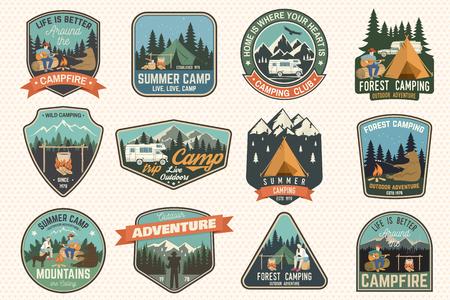 Ensemble de badges de camp d'été. Vecteur. Concept pour chemise ou logo, impression, tampon, patch ou tee.