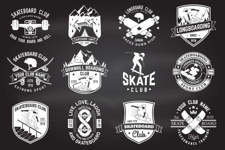 Zestaw odznak klubowych deskorolki i longboardu. Ilustracji wektorowych