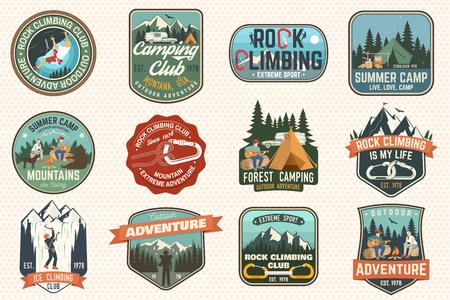 Set di club di arrampicata su roccia e distintivi del campo estivo. Concetto di vettore per camicia o stampa, timbro, patch o maglietta. Design tipografico vintage con tenda da campeggio, rimorchio, camper, scalatore, moschettone e montagne