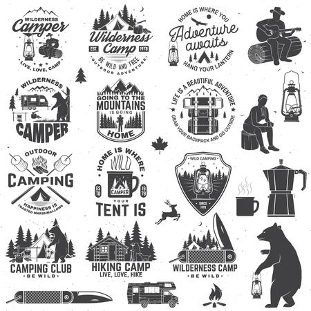 Campamento salvaje. Sea salvaje y libre. Vector. Concepto de insignia, camiseta o logotipo, estampado, sello, parche. Diseño de tipografía vintage con remolque, carpa, fogata, oso, navaja y silueta de bosque Logos