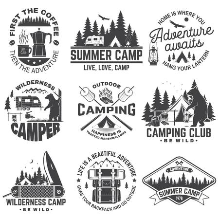 여름 캠프. 벡터. 셔츠 또는 패치, 인쇄, 스탬프에 대한 개념. rv 트레일러, 캠핑 텐트, 캠프파이어, 곰, 커피 메이커, 포켓 나이프, 숲 실루엣이 있는 빈티지 타이포그래피 디자인.