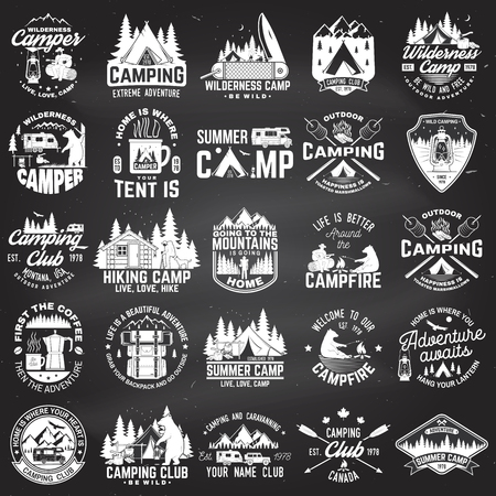 Camp d'été. Vecteur. Concept pour chemise ou patch, impression, tampon. Conception de typographie vintage avec remorque de camping-car, tente de camping, feu de camp, ours, cafetière, couteau de poche et silhouette de forêt.