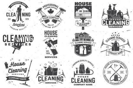 Abzeichen der Reinigungsfirma, Emblem. Vektor-Illustration. Konzept für Hemd, Stempel oder T-Stück. Vintage-Typografie-Design mit Reinigungsgeräten. Reinigungsservice-Schild für firmenbezogene Geschäfte