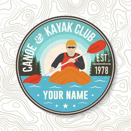Parche del Club de canoa y kayak. Vector. Concepto de camiseta, sello o camiseta. Diseño de tipografía vintage con silueta de kayakista. Deporte acuático extremo. Emblemas de aventuras al aire libre, parches de kayak.