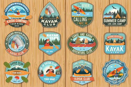 Conjunto de insignias de club de canoa y kayak Vector. Concepto de parche, camiseta, estampado o camiseta. Diseño vintage con silueta de montaña, río, indio americano y kayakista. Parches de kayak para deportes acuáticos extremos Ilustración de vector