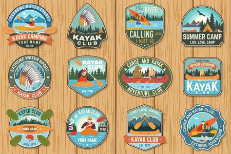 Set di badge club di canoa e kayak Vector. Concetto per patch, camicia, stampa o tee. Design vintage con silhouette di montagna, fiume, indiano americano e kayaker. Toppe per kayak per sport acquatici estremi Vettoriali