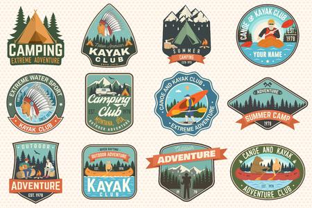 여름 캠프, 카누, 카약 클럽 배지 세트. 벡터. 패치에 대한 개념입니다. 캠핑, 산, 강, 아메리칸 인디언, 카약 실루엣이 있는 복고풍 디자인. 익스트림 수상 스포츠 카약 패치