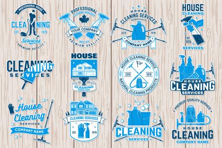 Distintivo dell'impresa di pulizie, emblema. Illustrazione vettoriale. Concetto per patch, timbro o adesivo. Design tipografico vintage con attrezzature per la pulizia. Segnale di servizio di pulizia per attività legate all'azienda Vettoriali