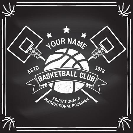 黒板のバスケットボールクラブバッジ。ベクターの図。シャツ、プリント、スタンプのコンセプト。バスケットボールリング、ネット、ボールシルエットのヴィンテージタイポグラフィデザイン。 ベクターイラストレーション