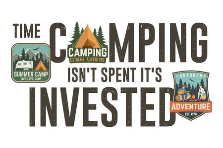 El tiempo en acampar no se invierte, se invierte. Diseño gráfico para camiseta, camiseta, estampado o indumentaria. Diseño de tipografía moderna con parche y cita de camping. Ilustración vectorial.