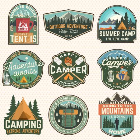 サマーキャンプバッジのセット。ベクトル。シャツやロゴ、プリント、スタンプ、パッチのコンセプト。rvトレーラー、キャンプテント、キャンプファイヤー、クマ、ギターと森のシルエットを持つ男とヴィンテージタイポグラフィデザイン ベクターイラストレーション