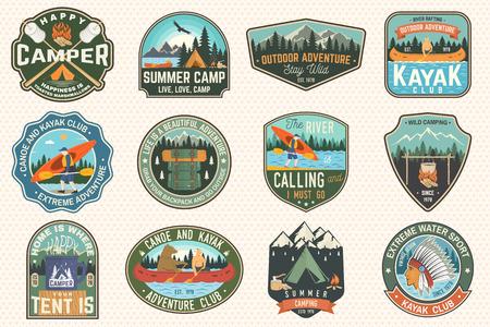 Conjunto de insignias de campamento de verano, canoa y club de kayak. Vector. Para parche. Diseño con silueta de camping, montaña, río, indio americano y kayakista. Parches de kayak para campamentos extremos y deportes acuáticos Ilustración de vector