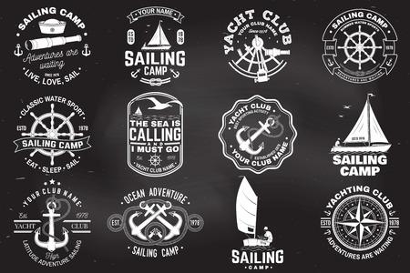 세일링 캠프와 요트 클럽 배지 세트입니다. 벡터. 셔츠, 프린트 또는 티에 대한 개념입니다. 검은 바다 앵커, 핸드 휠, 나침반 및 육분의 실루엣 빈티지 타이포그래피 디자인.