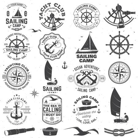 Conjunto de campamento de vela y insignia del club náutico. Vector. Concepto de camiseta, estampado o camiseta. Diseño de tipografía vintage con anclas del mar negro, volante, brújula y silueta sextante. Ilustración de vector